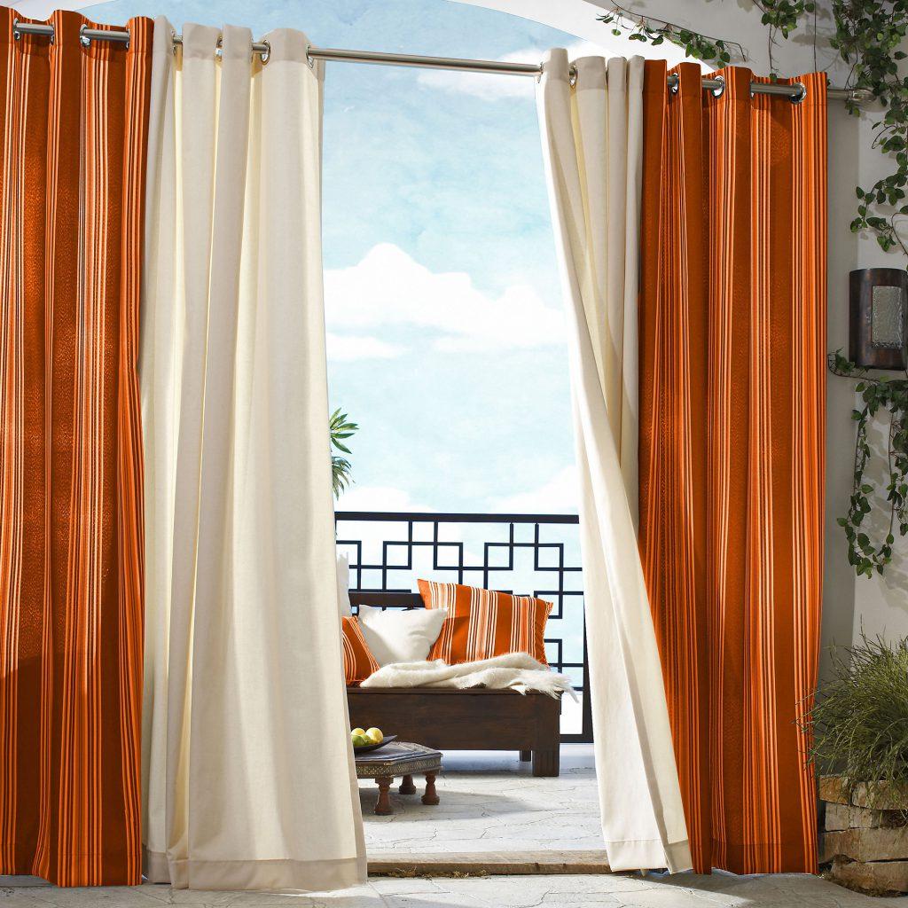 Кремовые и оранжевые шторы для разделения пространства