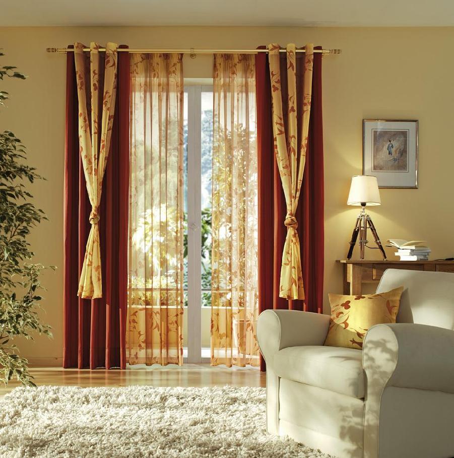Красные, золотистые шторы и тюль в гостиной