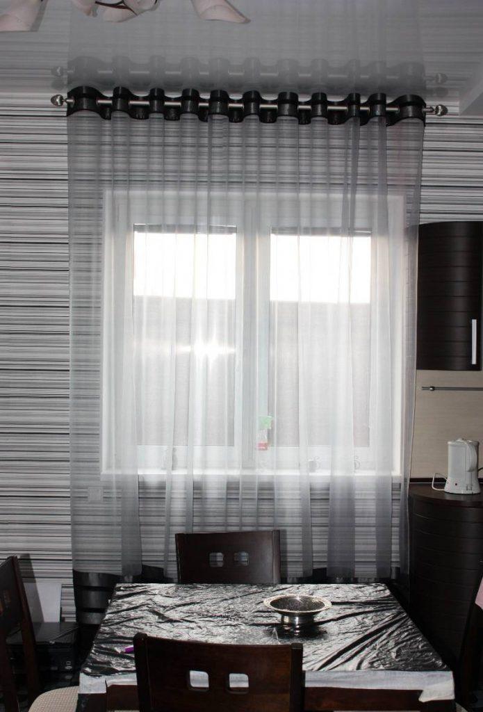 Прозрачные серые шторы на люверсах в кухне