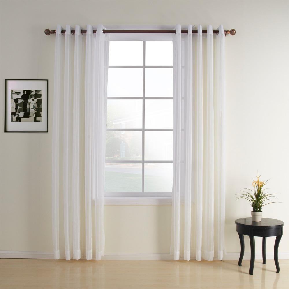 Полупрозрачные белые шторы на люверсах в комнате