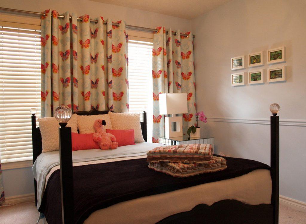 Комбинирование жалюзи и штор на люверсах в спальне