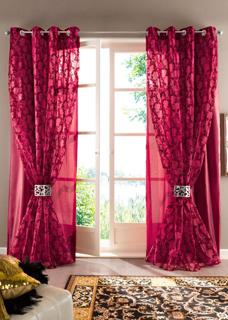 Яркие алые шторы на люверсах и тюль в гостиной