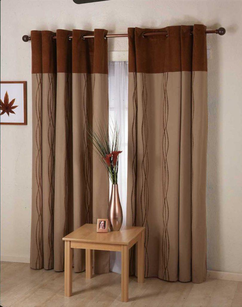 Монохромные коричневые шторы на люверсах в интерьере гостиной