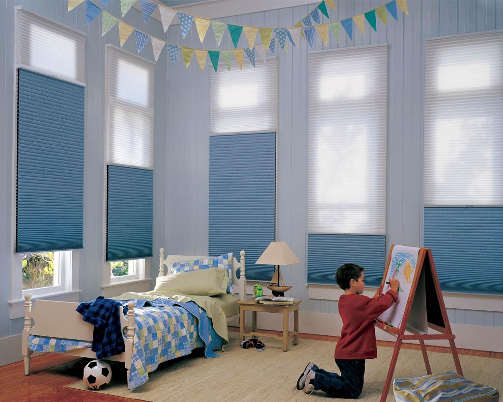 Белые и голубые жалюзи в детской комнате для мальчика