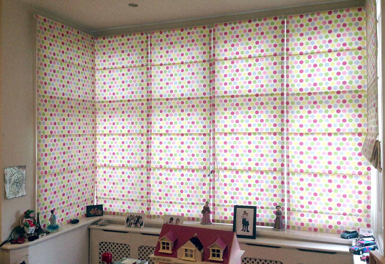 Разноцветные римские шторы в детской