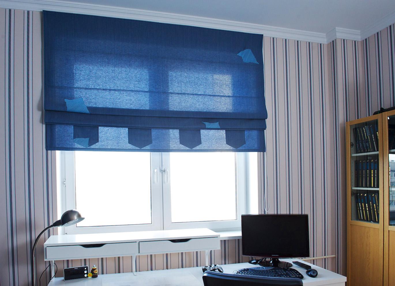 Синие римские шторы в детской комнате для подростка