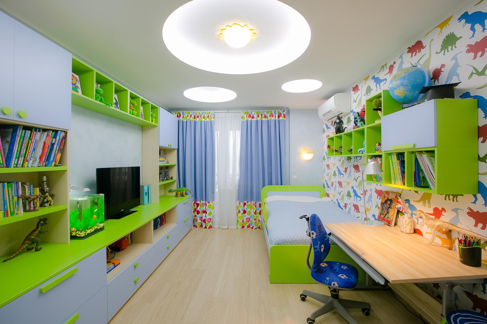 Яркие голубые шторы с цветастыми вставками в детскую комнату для мальчика