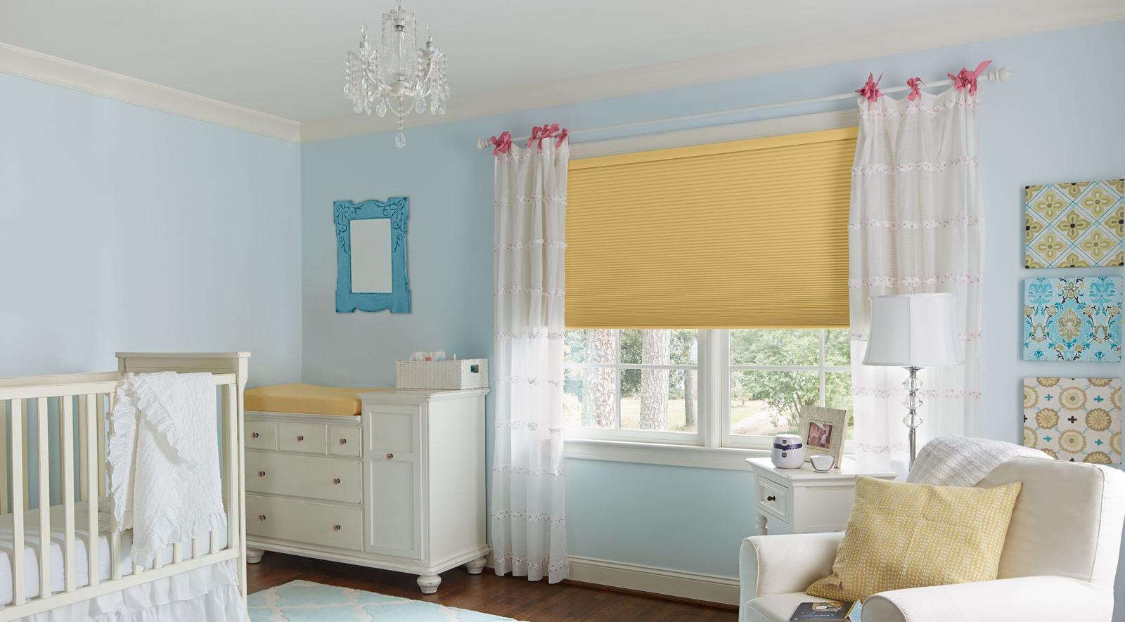 Желтые жалюзи и легкие белые шторы в детской комнате