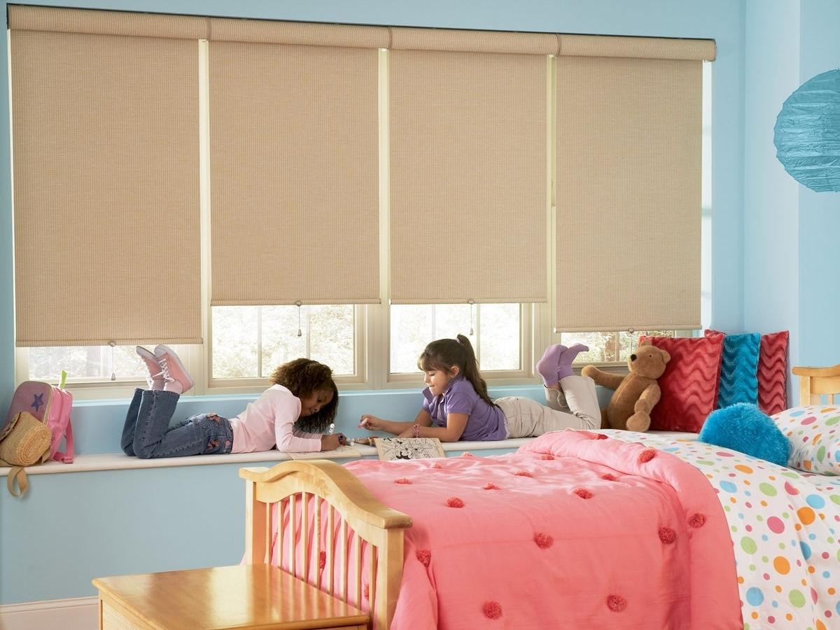 Рулонные бежевые шторы детскую комнату