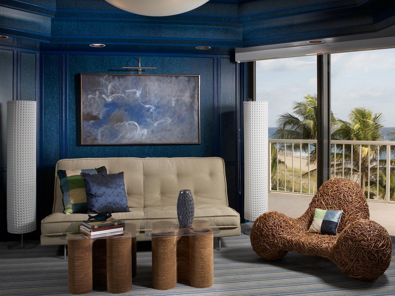 Синий и бежевый цвета в интерьере гостиной