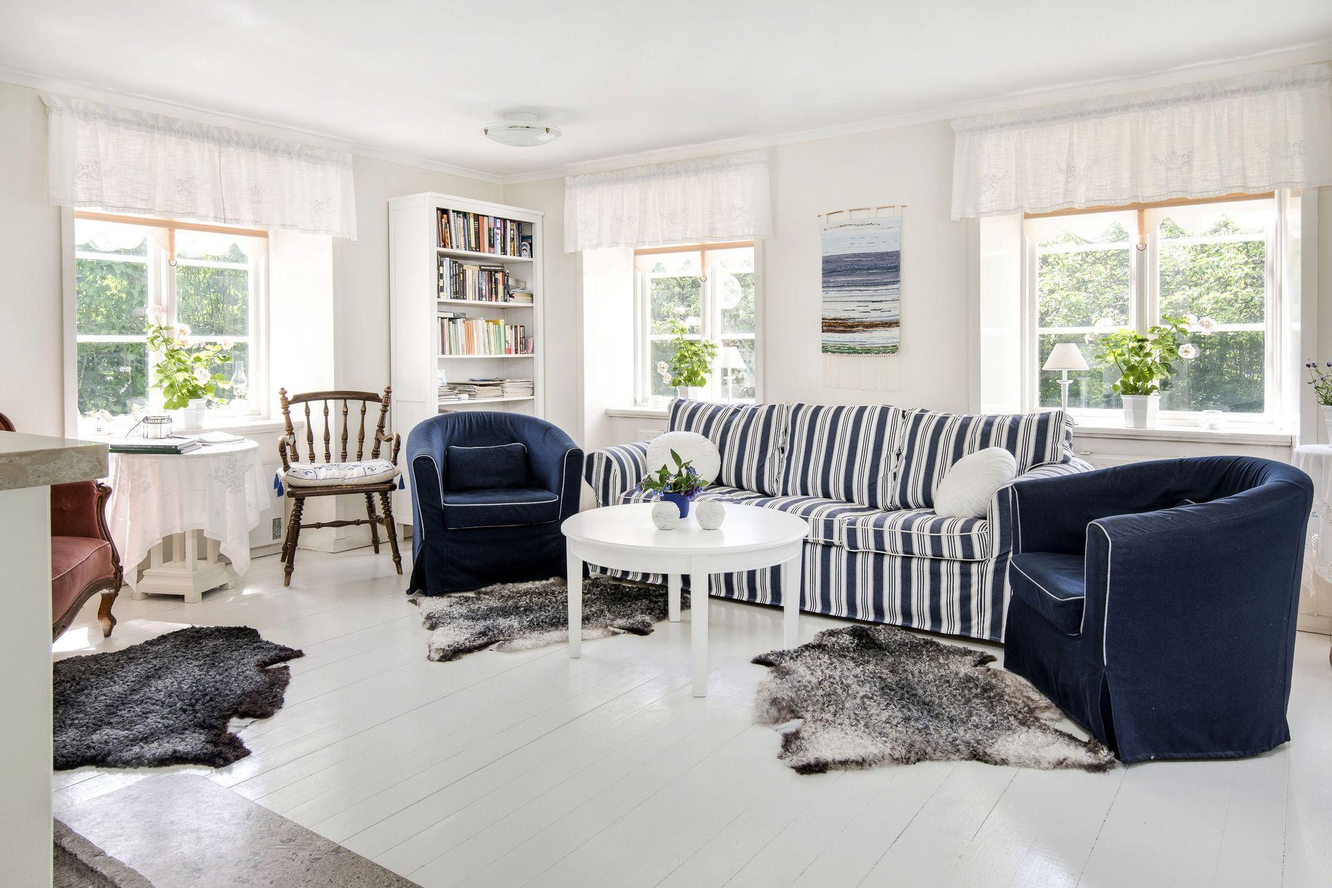 Сине-белая просторная гостиная