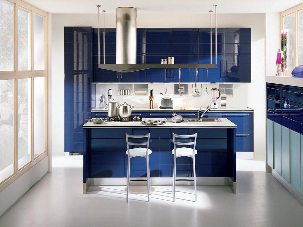 Синий глянцевый гарнитур на кухне