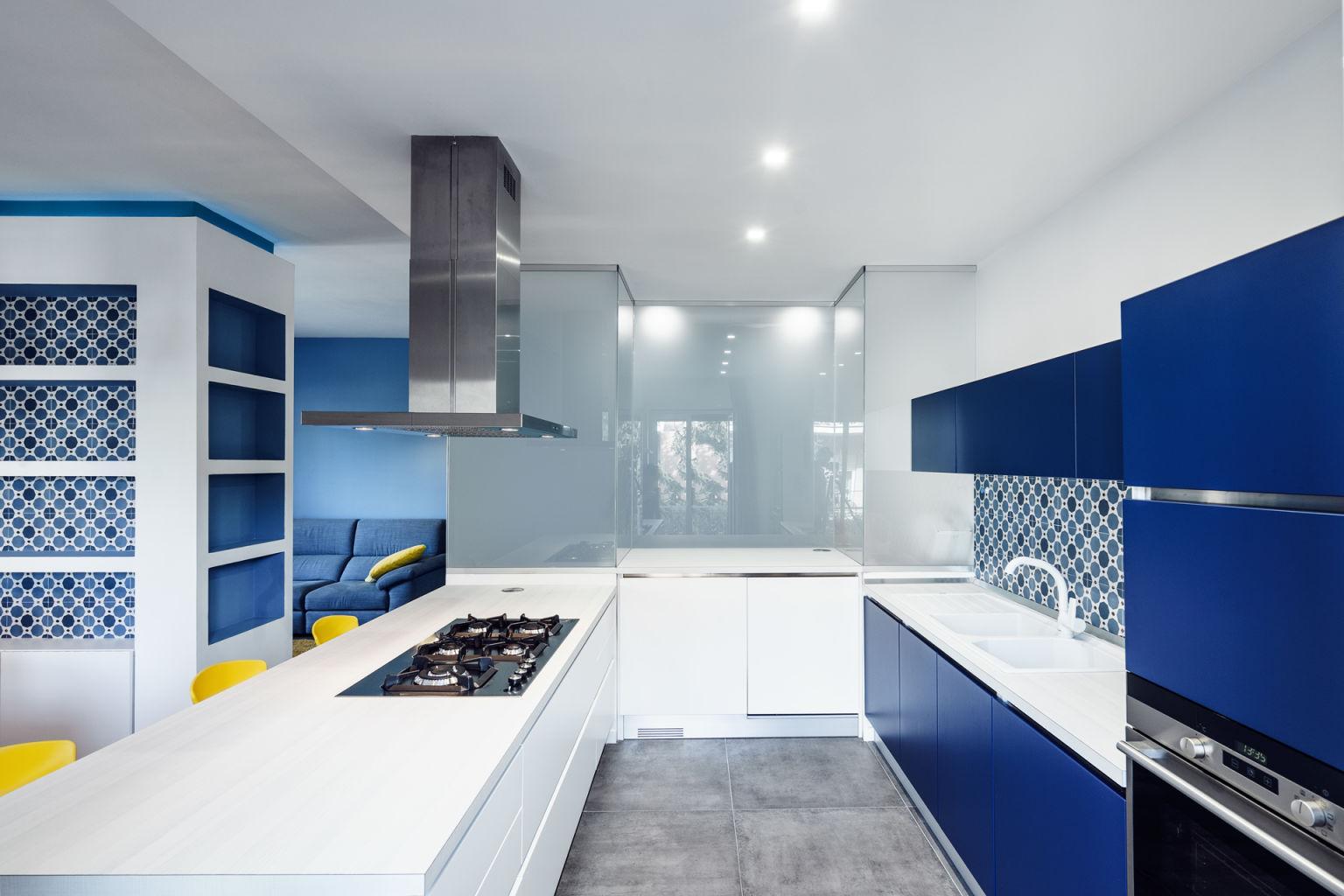 Сине-белая кухня с желтыми стульями