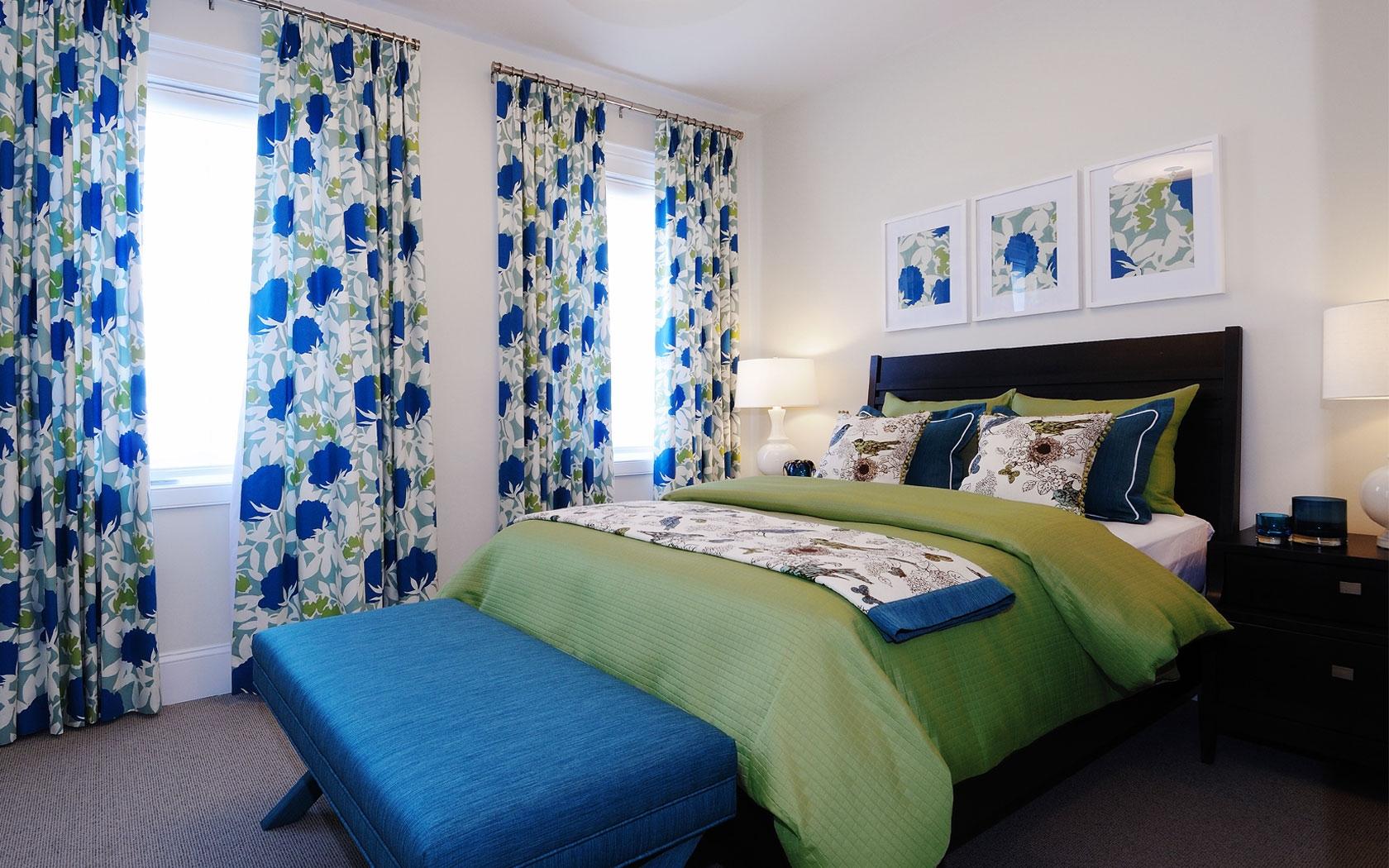 Синие акценты в светлой спальне