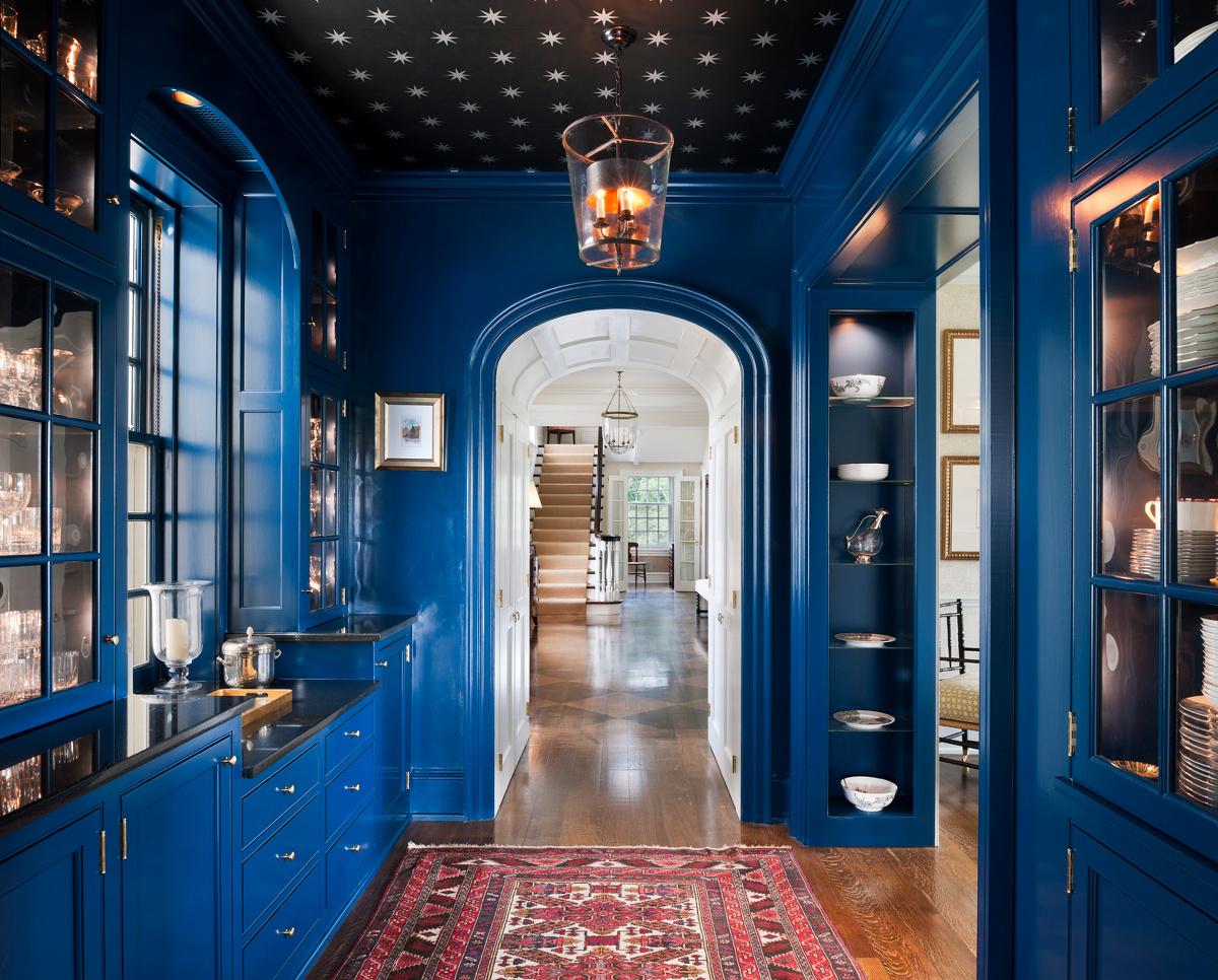 Синий цвет в коридоре
