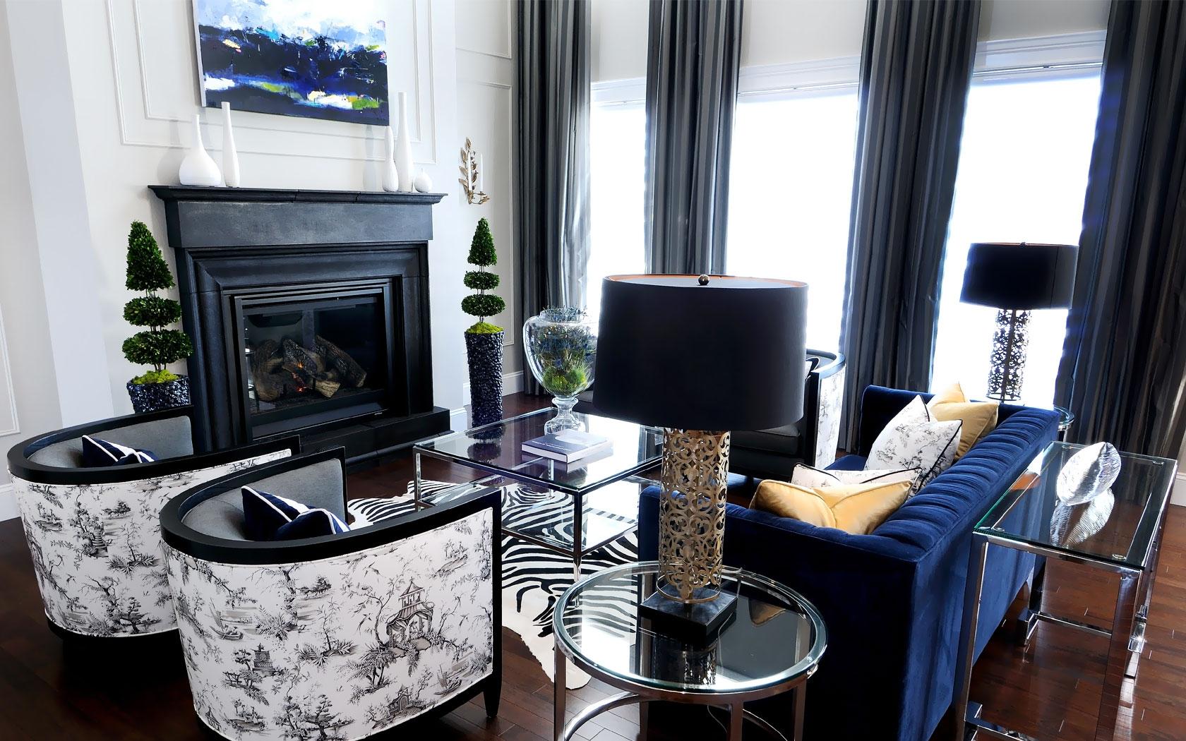 Синий диван в гостиной в стиле модерн