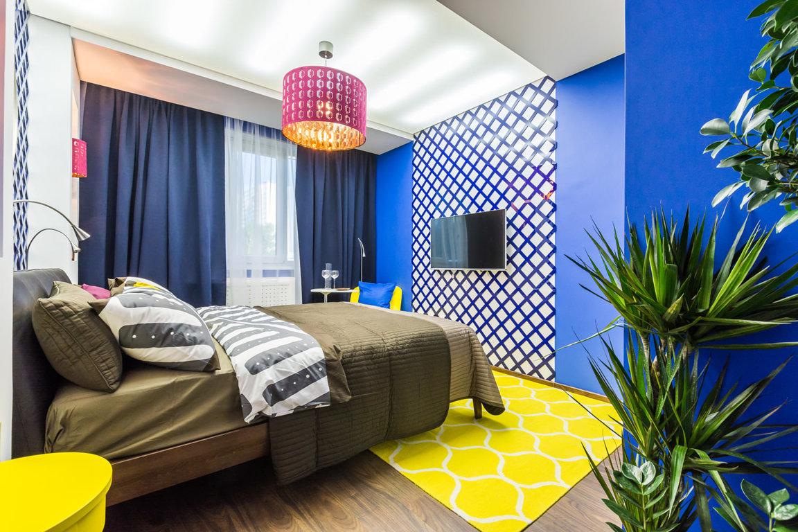 Яркие синие и желтые акценты в спальне
