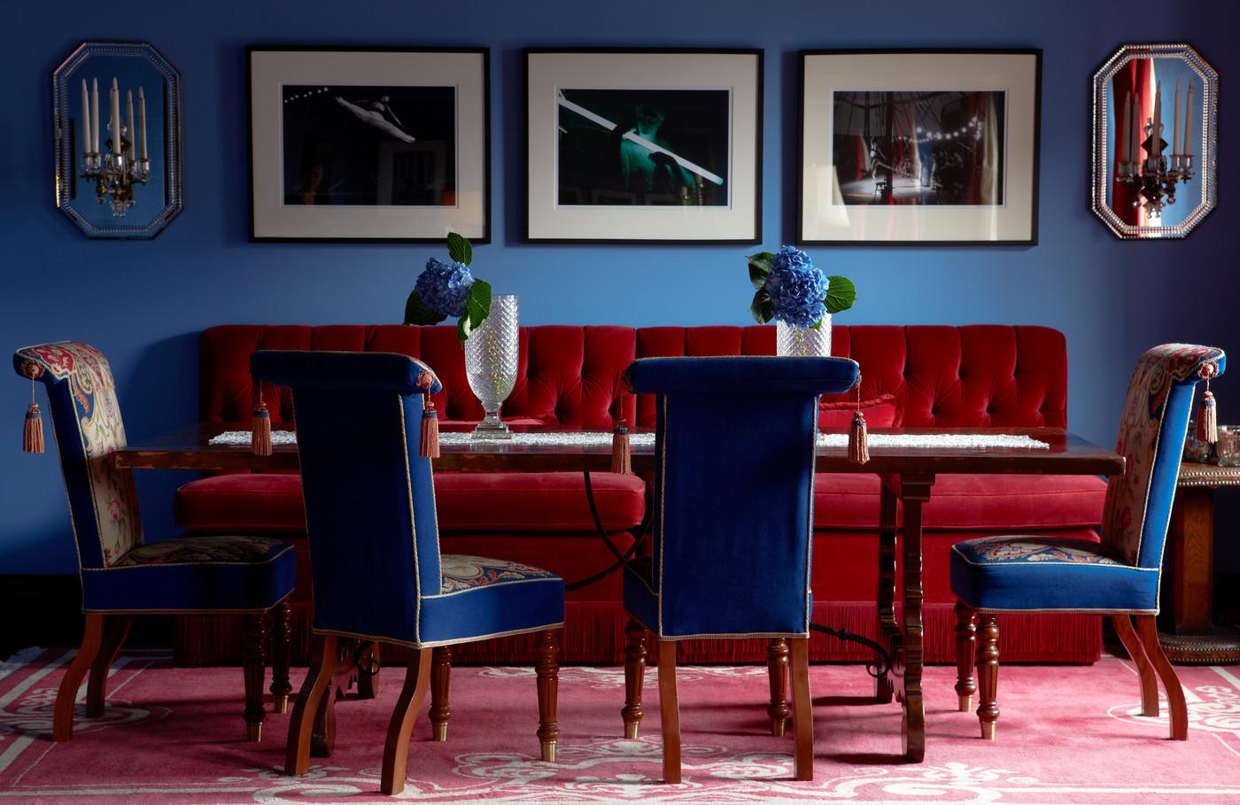 Синий и красный цвета в интерьере столовой