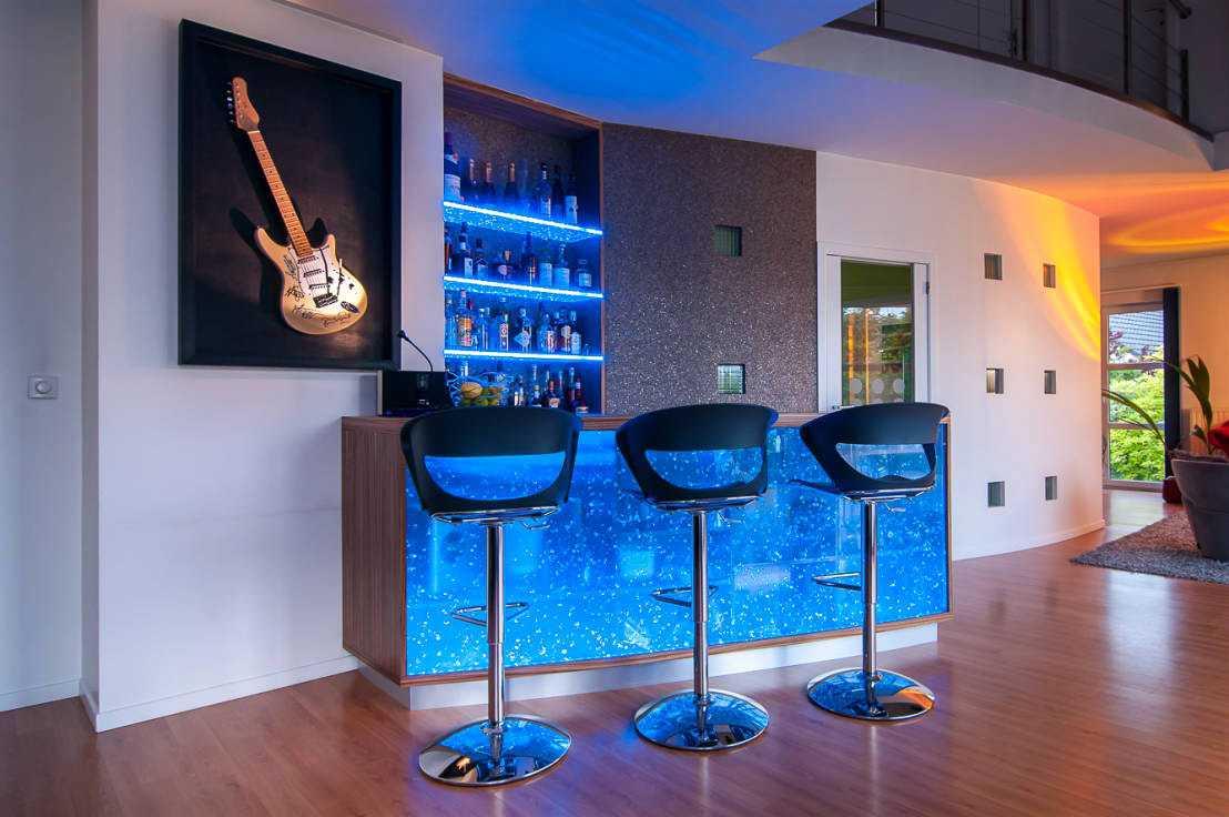 Дизайн кухни с барной стойкой синей