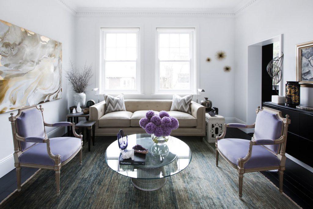 Сочетание сиреневого, белого и бежевого цветов в гостиной