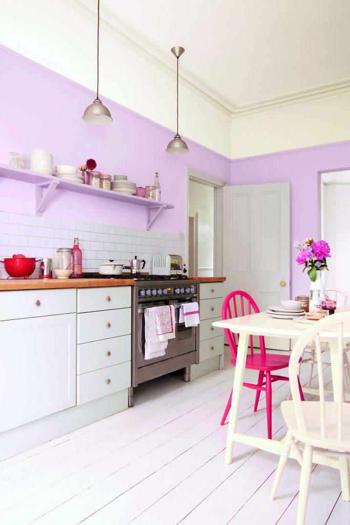 Кухня с нежно-сиреневыми стенами