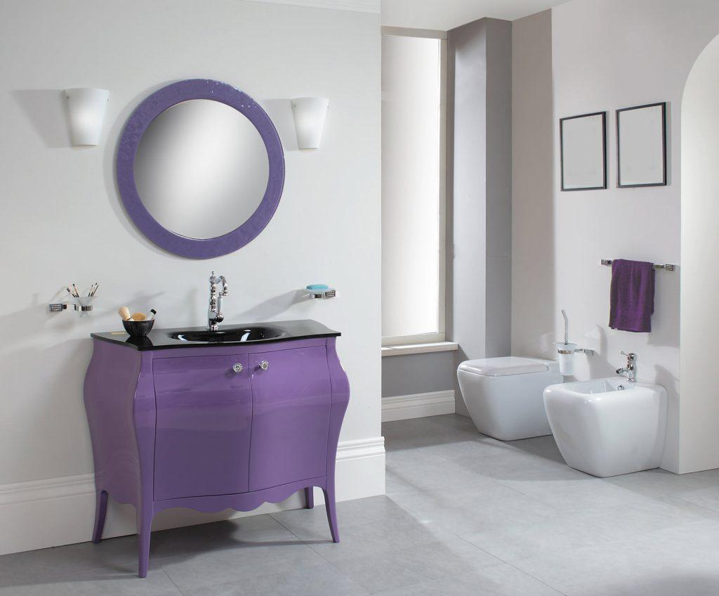 Сиреневое зеркало и мебель в ванной