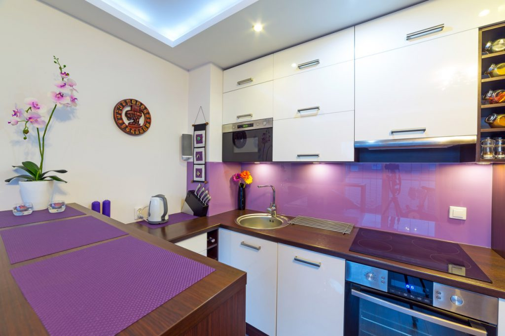 Сиреневый фартук и аксессуары на кухне