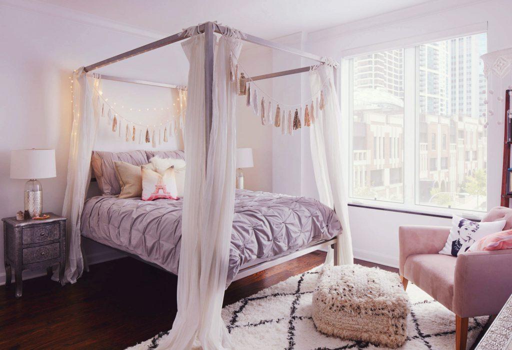 Нежный сиреневый цвет в спальне успокаивает