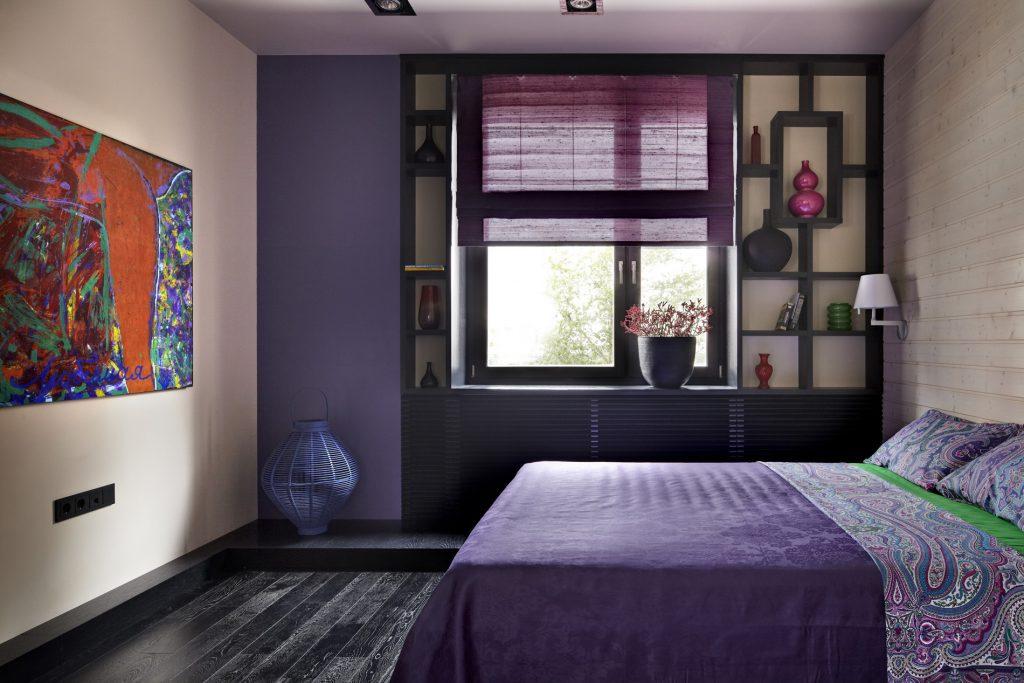 Насыщенный сиреневый и бежевый цвета в спальне