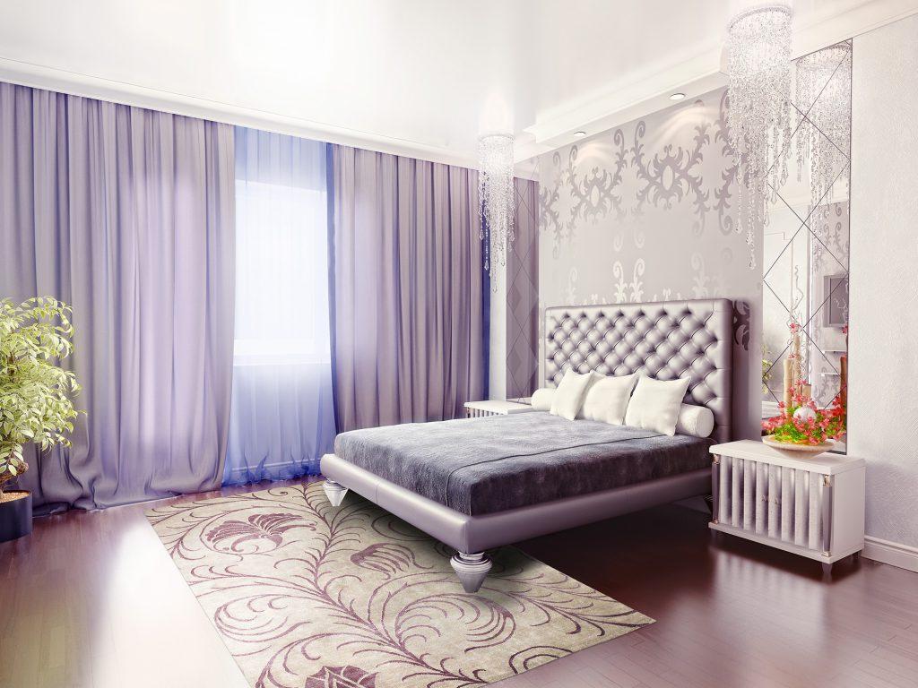 Сиреневые шторы и кровать в спальне