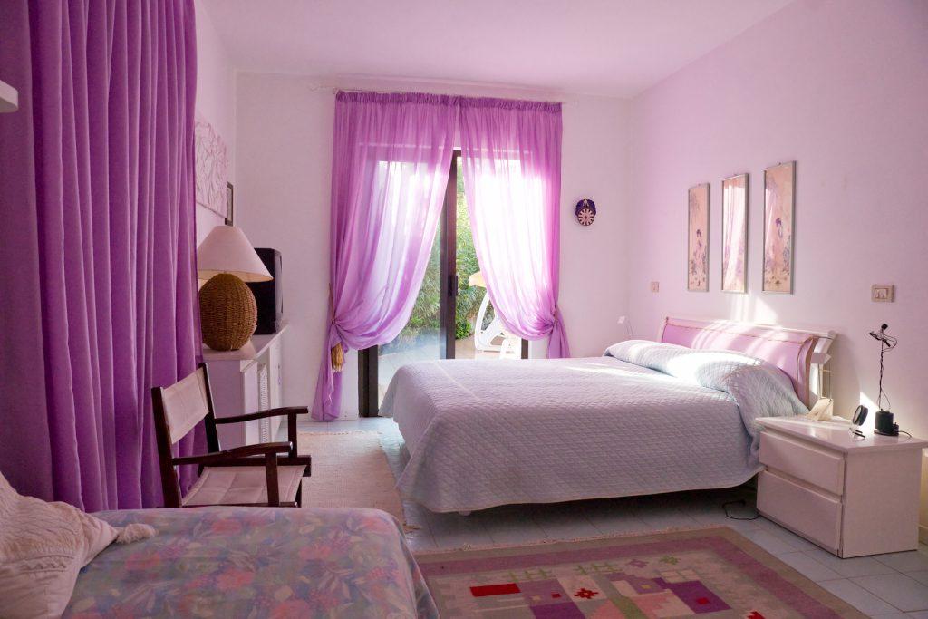 Спальня с яркими сиреневыми шторами
