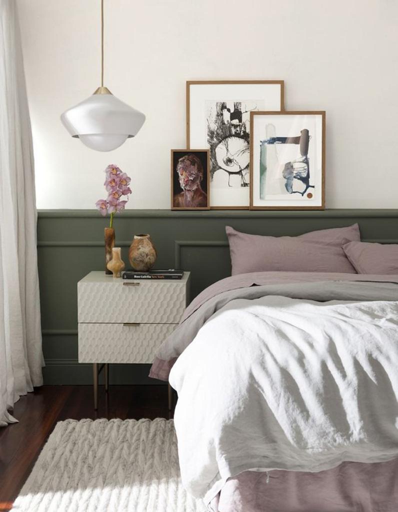 Картины в современном стиле над кроватью