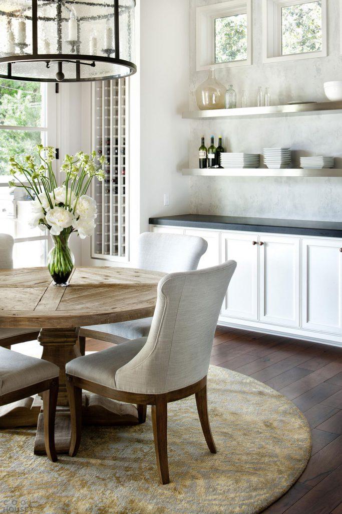 Кухня с деревянным столом и стульями в скандинавском стиле