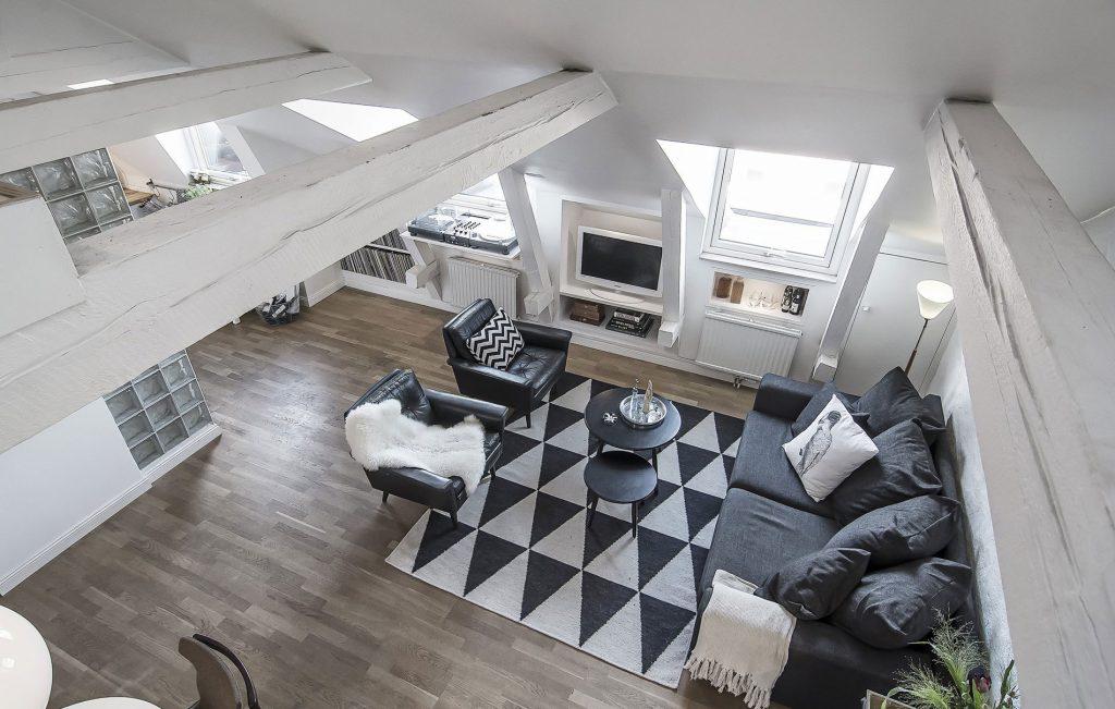 Большая гостиная в загородном доме в скандинавском стиле