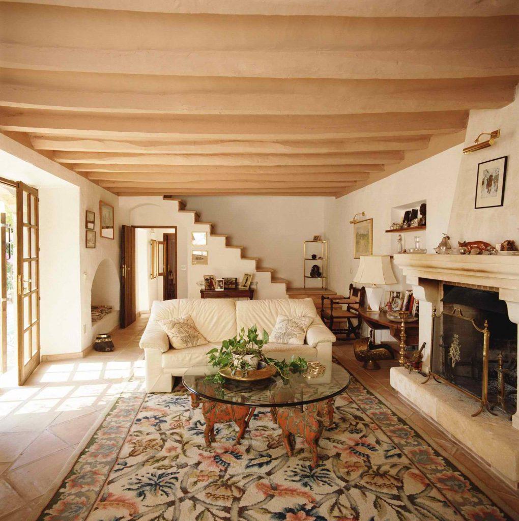 Небольшая гостиная с каменным полом в доме