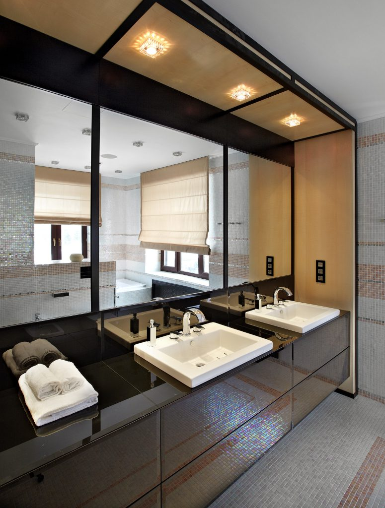Стильная черно-белая ванная в доме