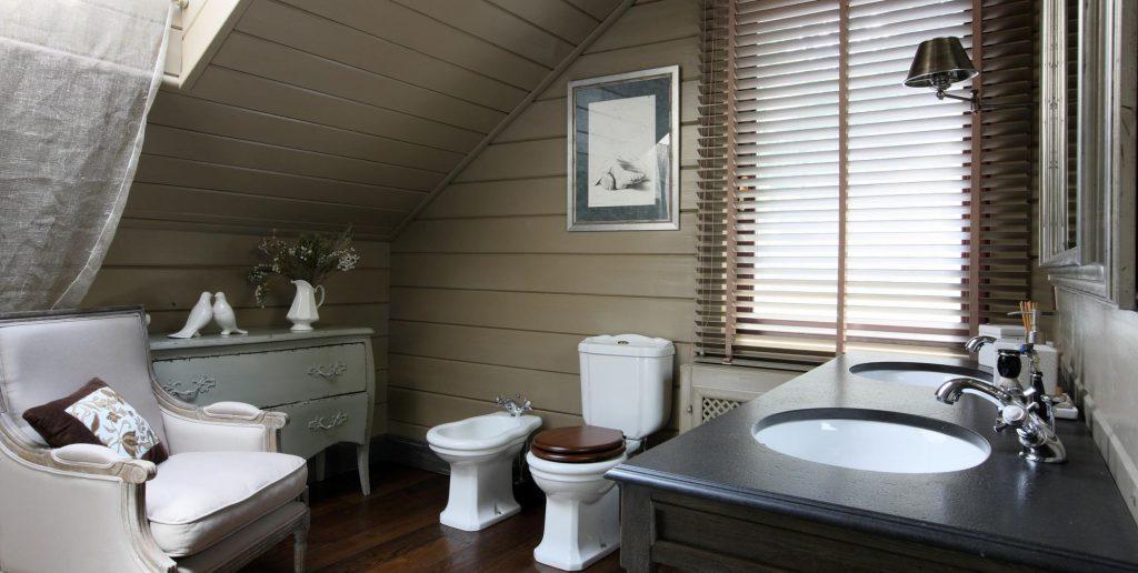 Ванная с деревянной отделкой