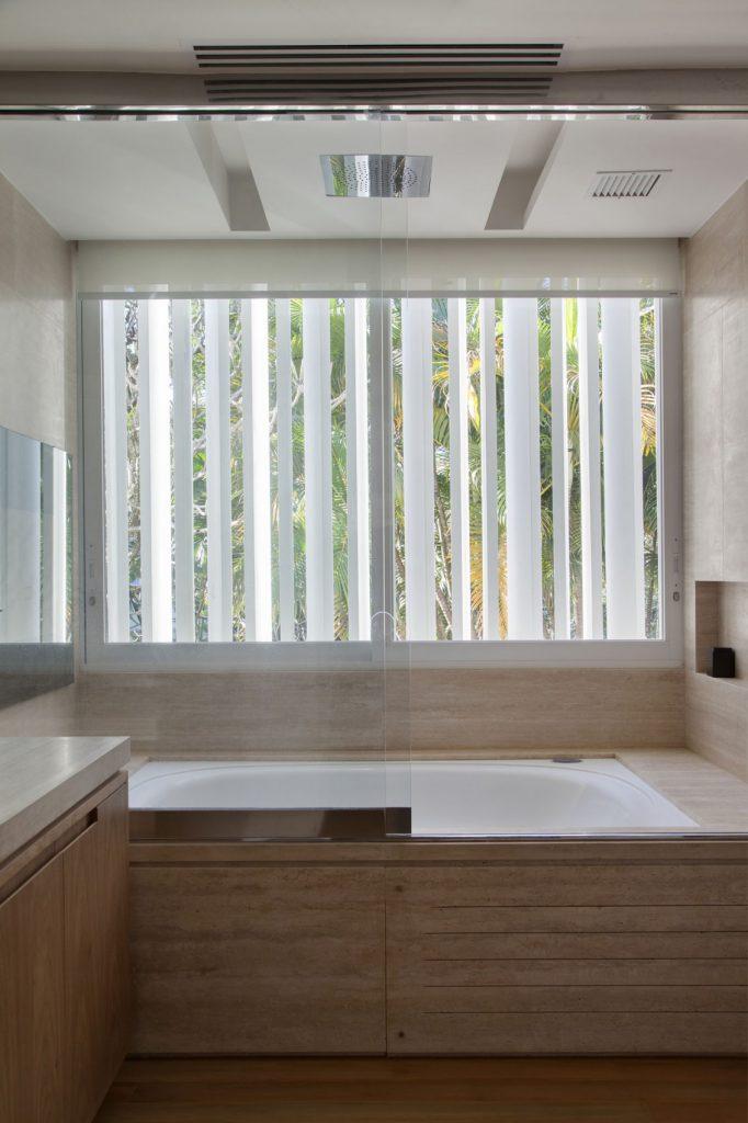 Современная ванная со стеклянными дверями