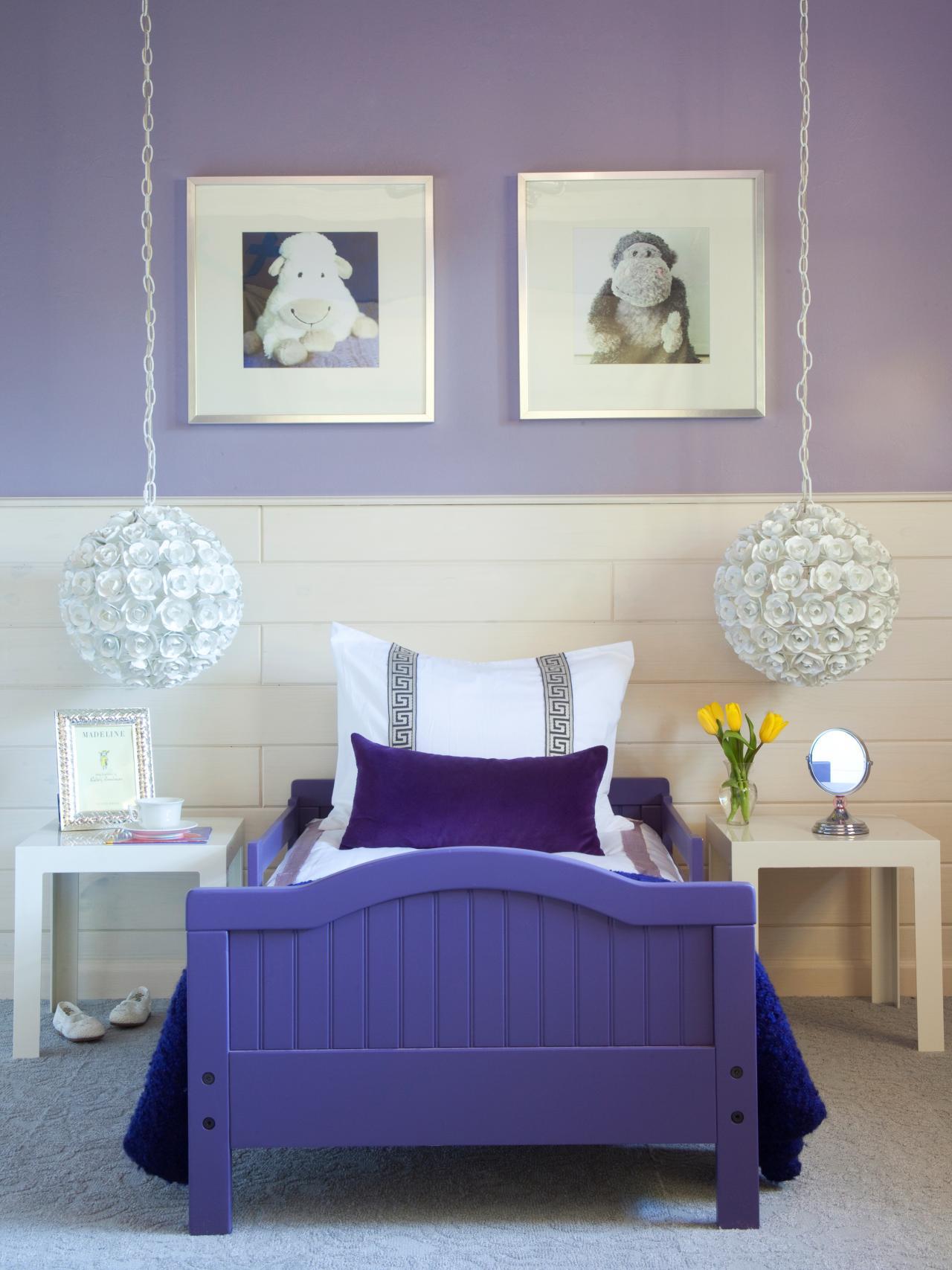 Бело-фиолетовые стены и фиолетовая кровать в детской спальне