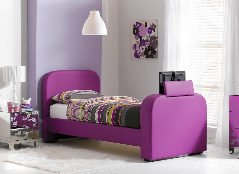 Фиолетовая кровать в детской комнате