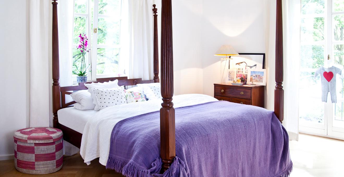 Фиолетовый, коричневый и белый цвета в интерьере спальни