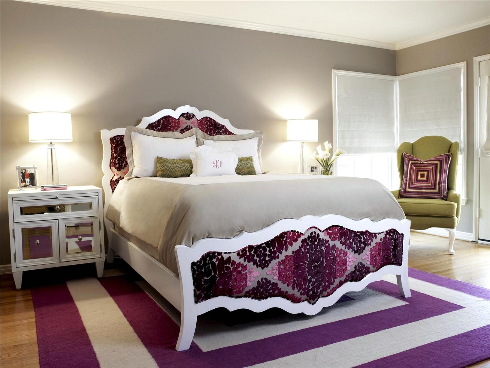 Спальня с фиолетово-белым ковром