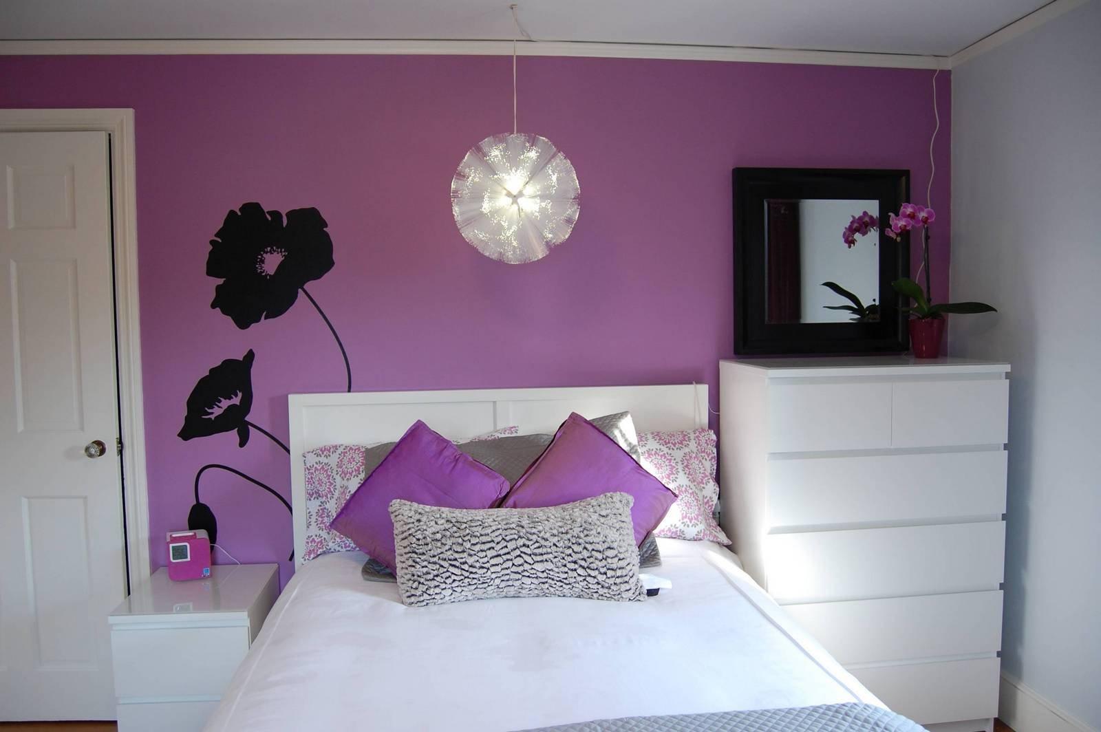 Фиолетовая стена и подушки в спальне