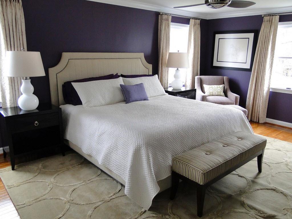 Темно-фиолетовые стены и кремово-белые акценты в спальне