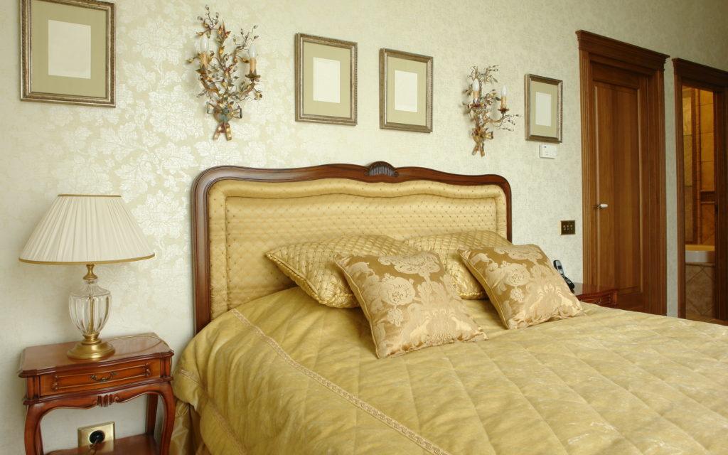 Золотистые обои с узором в спальне