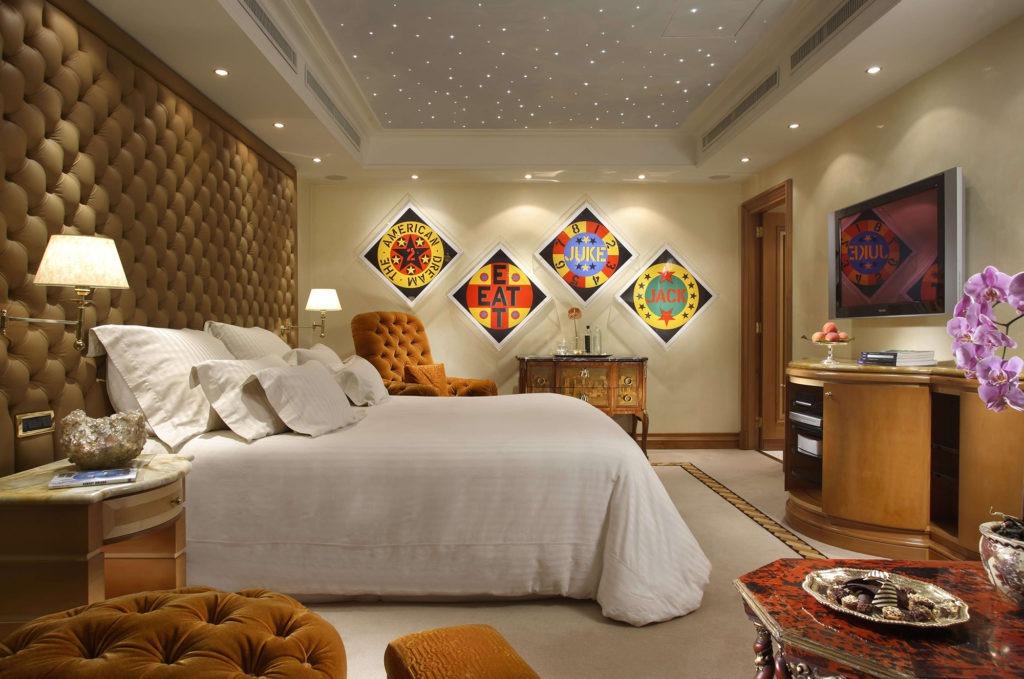 Яркие элементы на бежевых обоях в спальне