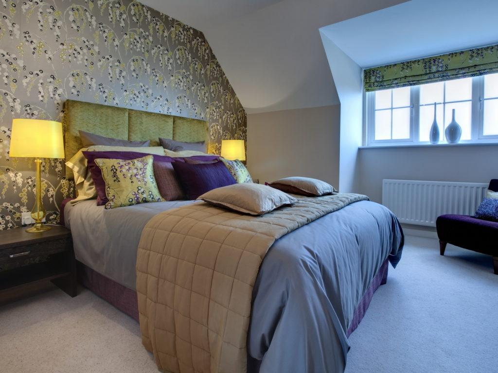 Абстрактный принт на обоях, подушках и шторах создает единство стиля в спальне