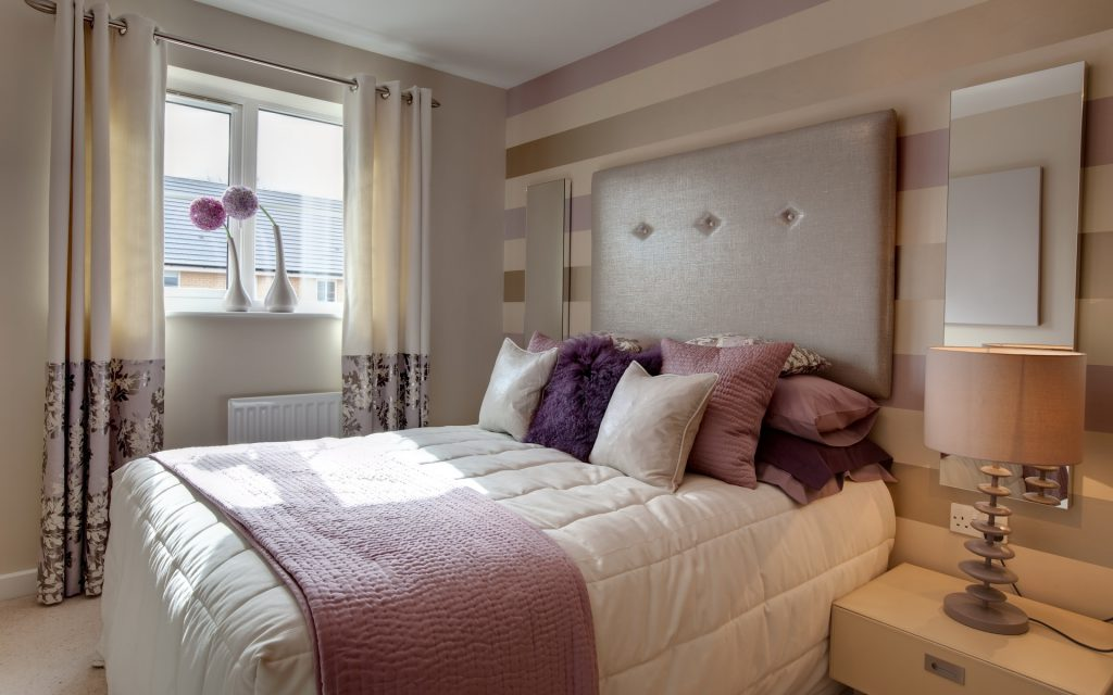 Полосатые пастельные обои для спальни
