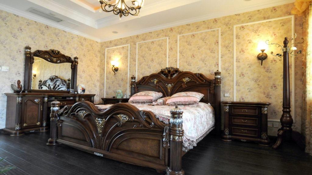 Цветочные обои облегчают темную классическую мебель спальни