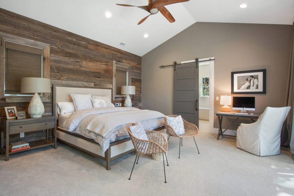 Серые обои и натуральное дерево стильно сочетаются в спальне